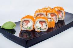 Maki sushirullar med avokadot, lax och kaviar och krabbakött Royaltyfri Fotografi