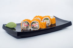 Maki sushirullar med avokadot och kaviar och krabbakött Royaltyfri Bild