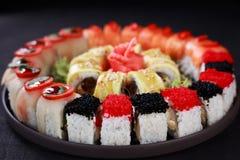 Maki sushiuppsättning, meny för japansk restaurang royaltyfri fotografi