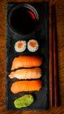 Maki y salsa del sushi y de soja del nigiri Imagen de archivo