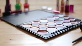 Makijaż kolorowa kosmetyczna paleta, pomadka, muśnięcia i gwoździa laquer butelki, zbiory wideo