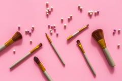 makijaż naturalne Balowy blushers i muśnięć wzór na różowego tła odgórnym widoku Fotografia Stock