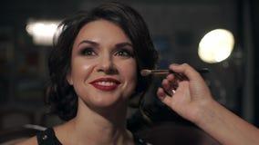 Makijaż robi makijażowi na ona oko piękna jaskrawa dziewczyna z czerwonymi wargami na dniu ślubu Model ono uśmiecha się szeroko zdjęcie wideo