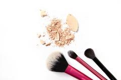Makijaż szczotkuje i miażdżący proszek odizolowywający na białym tle Obraz Royalty Free