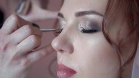 Makijażu artysta maluje oczy panna młoda w ranku przed ślubem, w górę, zwolnione tempo zbiory wideo