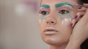 Makijażu artysta maluje wargi piękna dziewczyna, tłuściuchne wargi zdjęcie wideo
