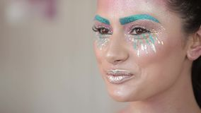 Makijażu artysta maluje wargi piękna dziewczyna, tłuściuchne wargi zbiory wideo