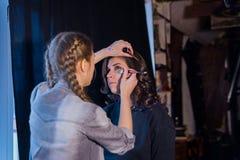 Makijażu artysta pracuje z kobieta klientem zdjęcia royalty free