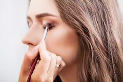 Makijażu artysta robi makijaż dziewczyny w salonie, piękna pojęcie zdjęcia stock