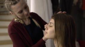 Makijażu artysta stosuje śmietankę zbiory wideo