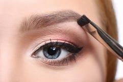 Makijażu artysta stosuje brew cień z muśnięciem, piękno Zdjęcie Stock
