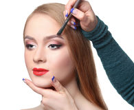 Makijażu artysta stosuje brew cień z muśnięciem, piękno Fotografia Royalty Free
