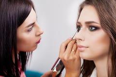 Makijażu artysta stosuje jaskrawego podstawowego koloru eyeshadow na wzorcowym ` s e zdjęcia stock