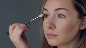 Makijażu artysta stosuje oko cień z muśnięciem, zamyka up zdjęcie wideo