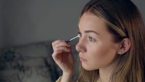 Makijażu artysta stosuje oko cień z muśnięciem, zamyka up zbiory