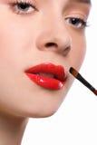 Makijażu artysta stosuje pomadkę z muśnięciem, piękno Zdjęcia Stock