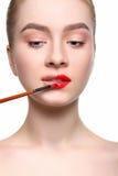 Makijażu artysta stosuje pomadkę z muśnięciem, piękno Fotografia Royalty Free