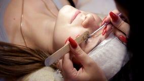 Makijażu artysta usuwa stare rzęsy klient, przed budować w górę nowych zdjęcie wideo