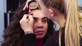 Makijażu artysty czerwieni nakrywkowi punkty na twarzy zbiory wideo