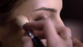 Makijażu artysty farb muśnięcia Highlighter zakończenie zbiory
