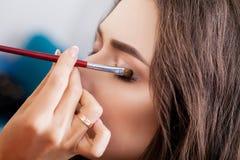 Makijażu artysty praca w jej studiu obraz royalty free