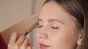 Makijażu artysty rysunkowe brwi klient ołówkiem Zamyka w górę strzału zdjęcie wideo