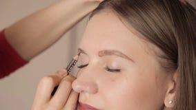 Makijażu artysty rysunkowe brwi klient ołówkiem Zamyka w górę strzału zbiory wideo