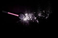 Makijażu muśnięcie z biel błyskotliwości proszek rozlewającym pyłem na czarnym tle Makeup muśnięcie na nowego roku ` s przyjęciu  Fotografia Stock