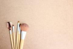 Makijaży muśnięcia na drewnianym tle Obrazy Stock