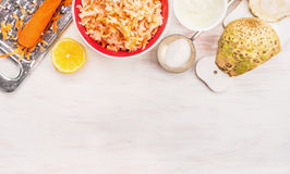 Makind do aipo e da salada das cenouras no fundo de madeira Imagens de Stock Royalty Free