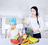 Making fruit juice in the kitchen Royalty Free Stock Images