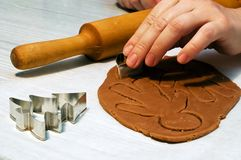 Making gingerbread man. And christmas cookies Royalty Free Stock Photography