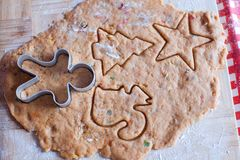 Making gingerbread man and christmas cookies Royalty Free Stock Photos