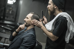 Making hairstyle in barbershop Royalty Free Stock Photos