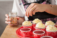Making red velvet cupcakes Royalty Free Stock Photos