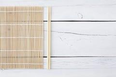 Makisu e hashis em uma tabela branca Imagem de Stock