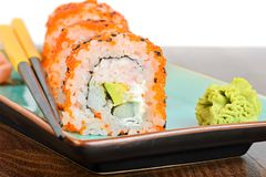 Makisushi van Californië met oranje masago Stock Foto's