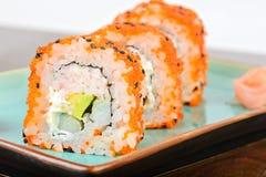 Makisushi van Californië met oranje masago Stock Fotografie