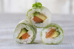 Makizushi Rotoli di sushi deliziosi sulla zolla bianca con i bastoncini Fotografia Stock