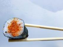 Makizushi - würziges Lachssushi eingewickelt in der Meerespflanze lizenzfreie stockfotos
