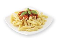 Makkaroni mit Tomatensauce und Basilikum Lizenzfreies Stockfoto