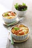 Makkaroni und Käse mit Tomate lizenzfreie stockbilder