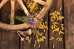 Makkaroni und Lavendel mit Wagenrad Lizenzfreie Stockfotografie