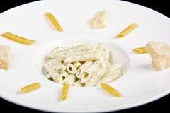 Makkaronis mit dem Käse parmezan und Soße stockfotografie