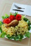 Makkaronis werden durch Gemüse verziert Lizenzfreie Stockfotos
