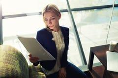 Makler przygotowywa spotykać klienta i redaguje kontrakt Obraz Stock