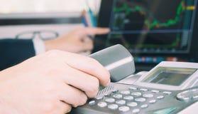 Makler robi rozmowie telefonicza akcyjny handlowiec robić planowi zdjęcie stock