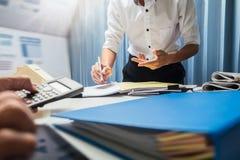 Maklera biznesowy agent nieruchomości pracuje mocno w biurze, cześć Obrazy Stock