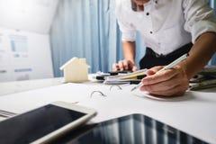 Maklera biznesowy agent nieruchomości pracuje mocno w biurze, cześć Obraz Royalty Free