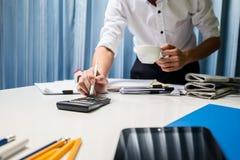 Maklera biznesowy agent nieruchomości pracuje mocno w biurze, cześć Obrazy Royalty Free